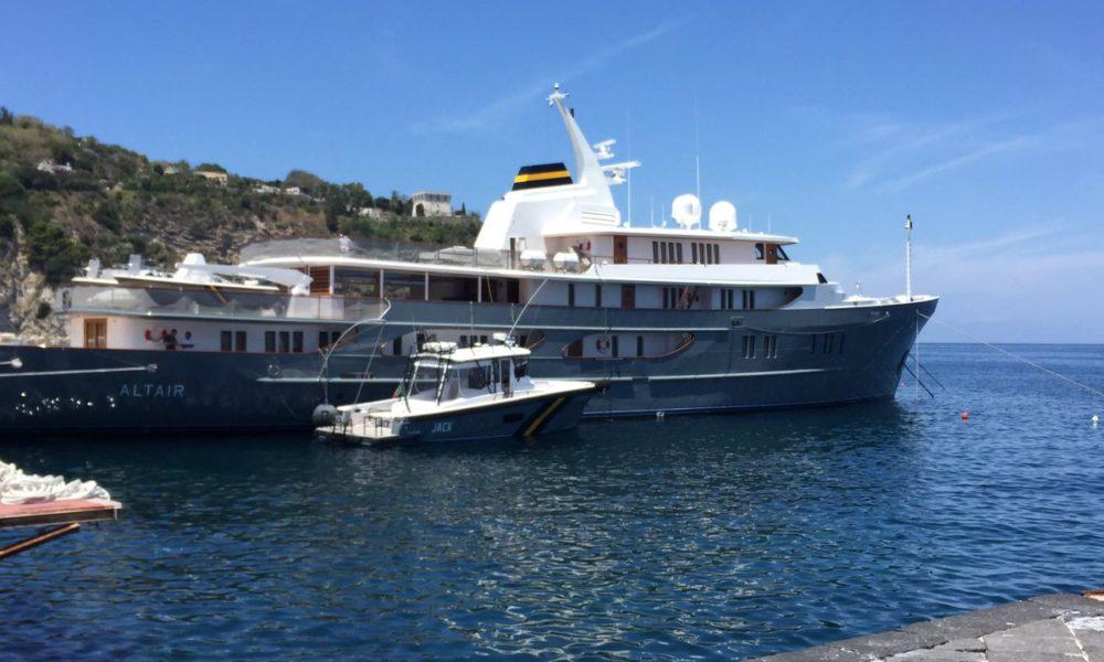 Altair il luxury yacht di della valle a lacco ameno il for Il canotto a bordo degli yacht
