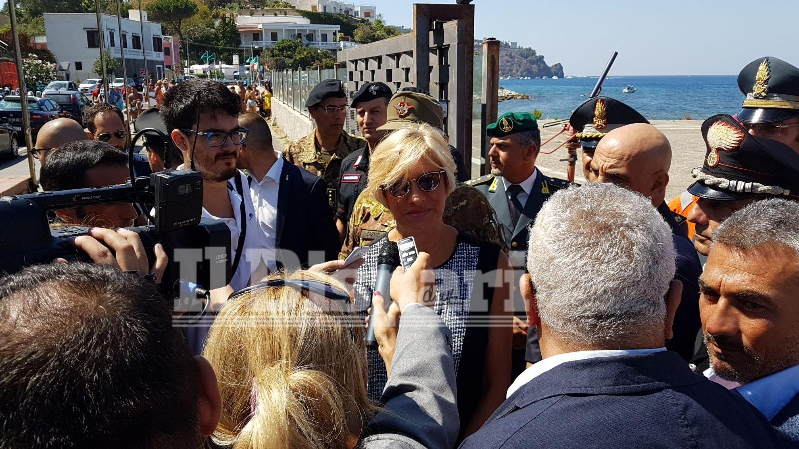 Terremoto Ischia, il Ministro Pinotti consegna una medaglia al piccolo Ciro