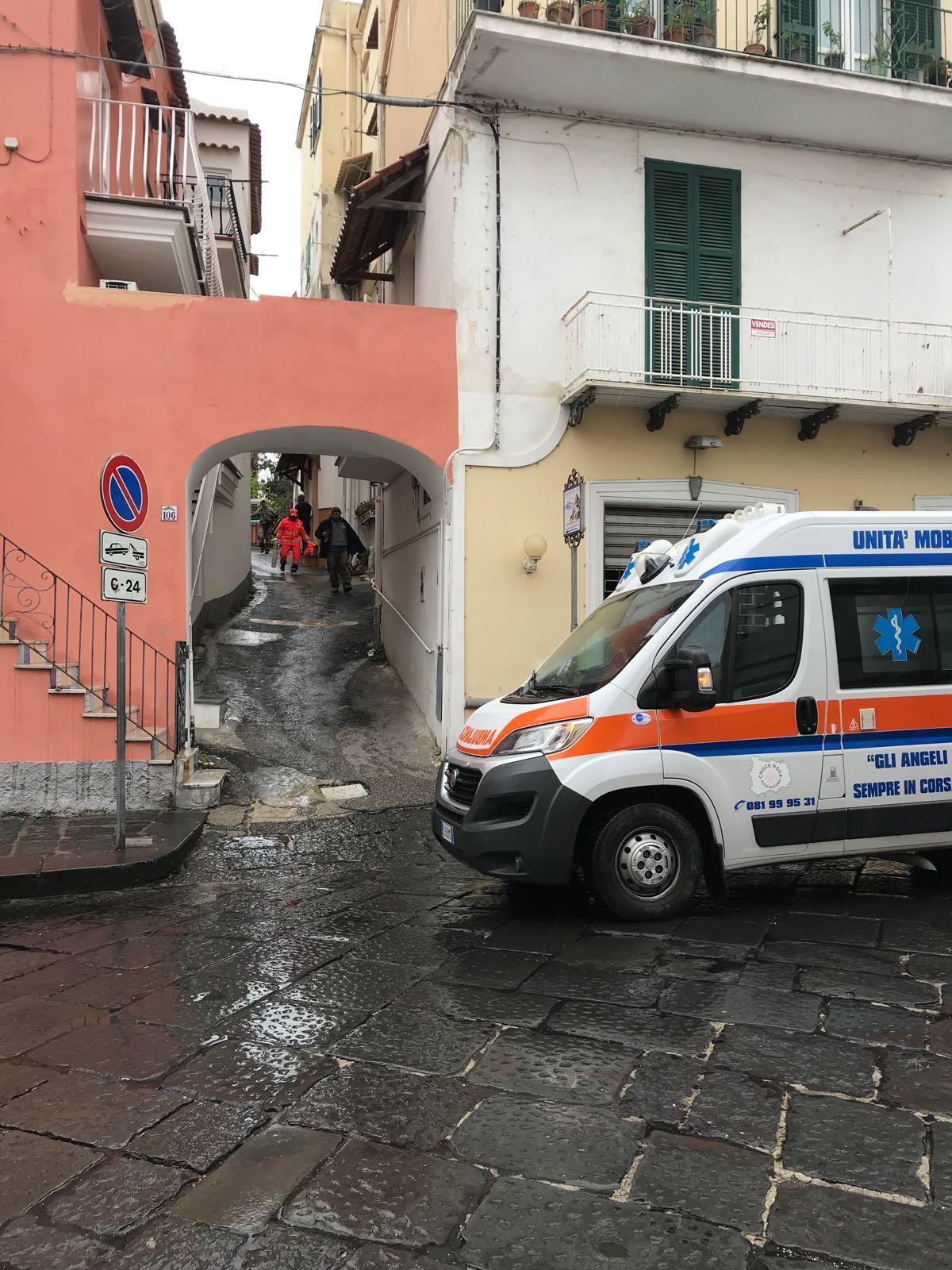 Incidente sul lavoro ad ischia ponte ambulanza sul posto for Ponte sul davanti della casa